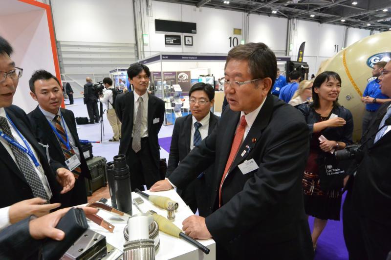 日本の中小企業を視察する左藤