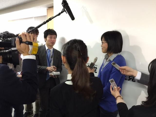 メディアのインタビューを受ける学生
