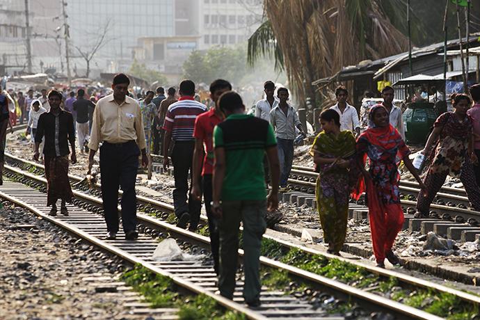 線路上を歩く人々