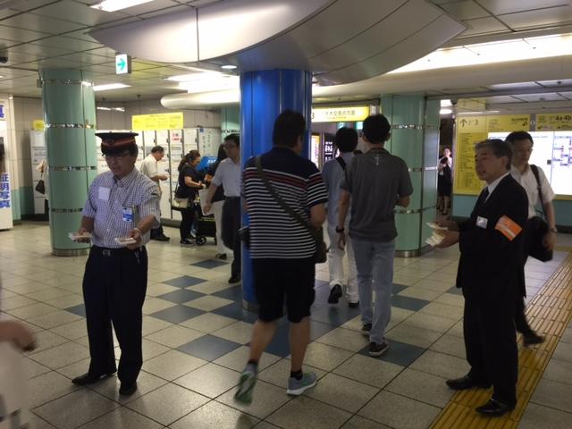 東京メトロ・六本木駅構内でキャンペーンのティッシュを配る駅員