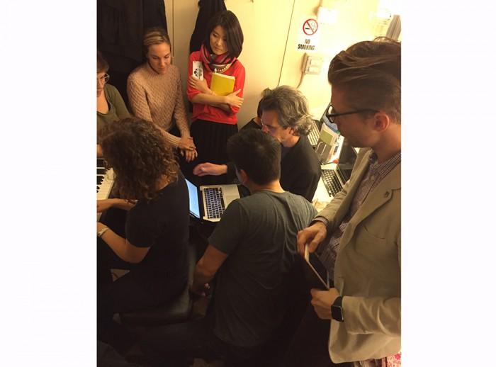 幕間に改善策を議論する制作チーム ⓒ渋谷真紀子