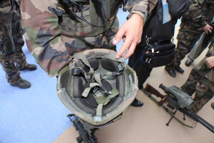 ⑤仏軍の最新型ヘルメット。衝撃吸収パッドを採用している。