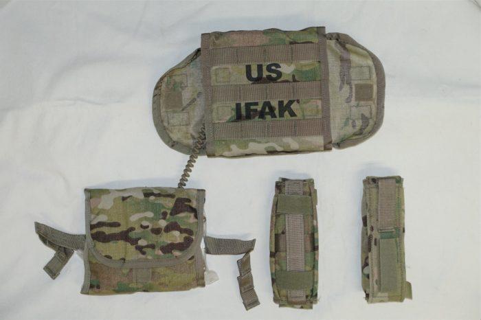 米陸軍のIFAKII.ポーチ内にインナーポーチがあり、コードで本体のポーチと結合している。