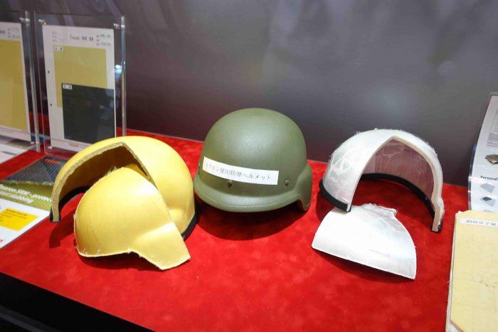 ③帝人の防弾繊維を使ったヘリルメットのカッタウェイ。左がアラミド系繊維を用いたヘルメット、右がポリエチレン系のの繊維を用いたヘルメット。