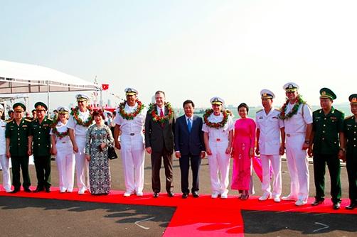 写真)ダナンの港で米海軍を歓迎する式典